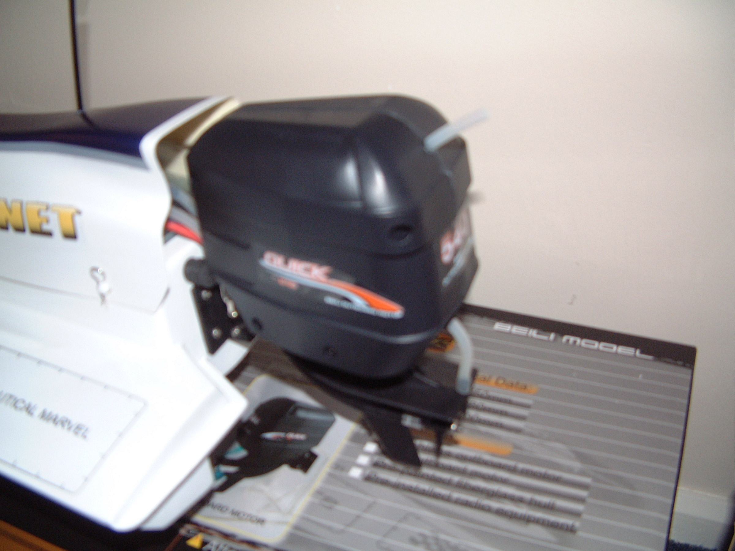Hornet Formula-1 Tunnel Hull with 540 Outboard Motor R/C